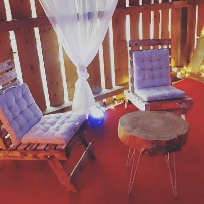 Anniversaire de mariage a la location fauteuils palette et table basse rondin de bois