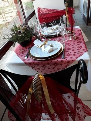 Table atelier des saveurs rouge et dore 3